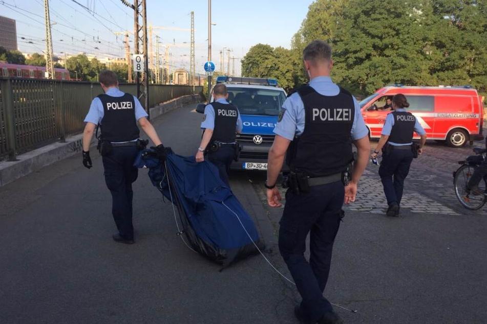 Die Höhenretter der Feuerwehr fanden ein Zelt unterhalb des Brückengehwegs, Beamte der Polizei transportierten es ab.