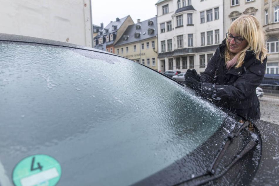 Da zerbrach so mancher Kratzer: Die Frontscheibe vieler Fahrzeuge war mit einer festen Eisschicht überzogen.