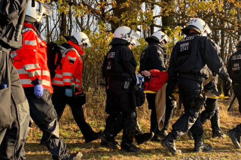Die Polizei Mittelhessen veröffentlichte auf Twitter ein Foto, welches zeigt, wie die verletzte Aktivistin zum Rettungswagen gebracht wird.