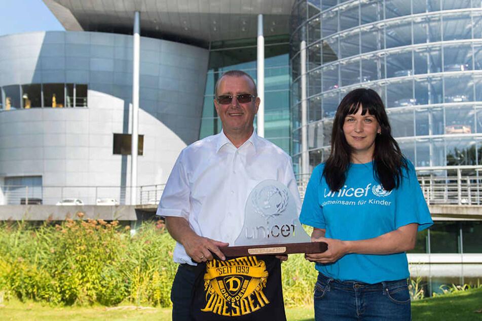 Andreas Ritter (l.) gestern mit Anne Bibas, der Leiterin der UNICEF-Arbeitsgruppe Dresden, vor der Gläsernen Manufaktur.