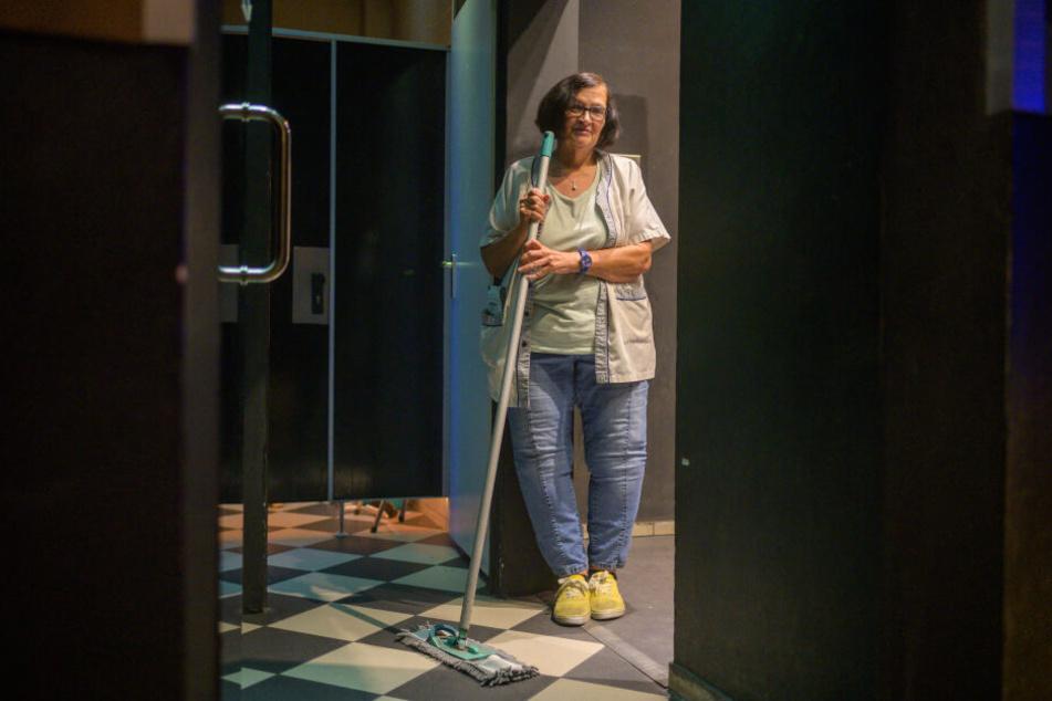 """Helga Bauermann (62), steht in der Toilette der Disco """"Stars"""" in Straubing."""