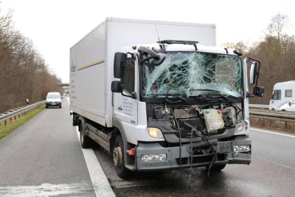 Der Lastwagen-Fahrer wurde vorsorglich in ein Krankenhaus gebracht.