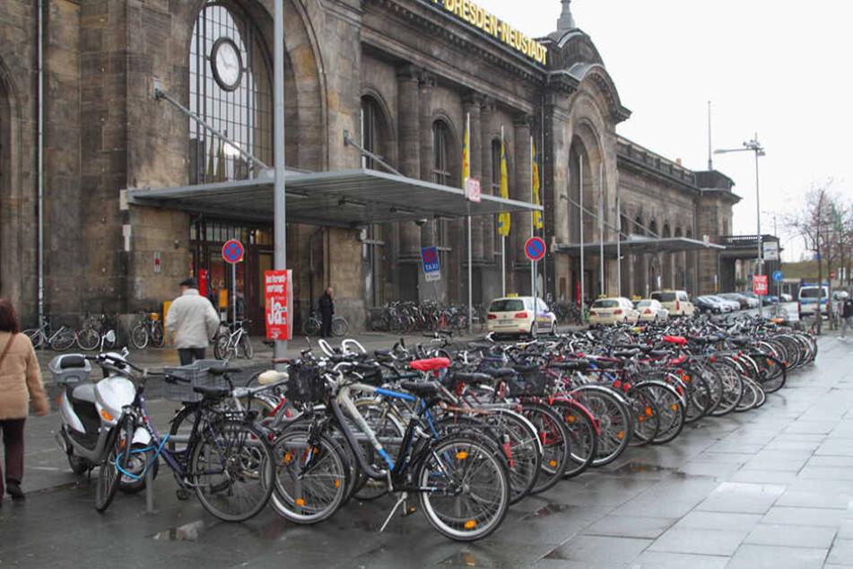 Am Bahnhof Neustadt versuchten am Sonntag fünf Personen, die Arbeit der Polizei zu behindern.