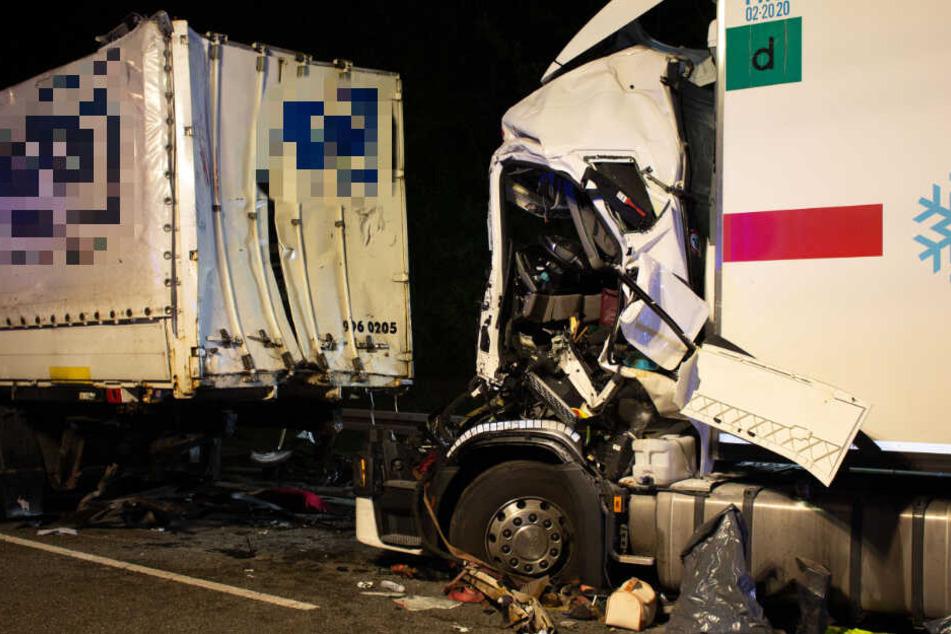 Durch die Wucht des Aufpralls wurde der Fahrer in der stark verformten Kabine eingeklemmt.