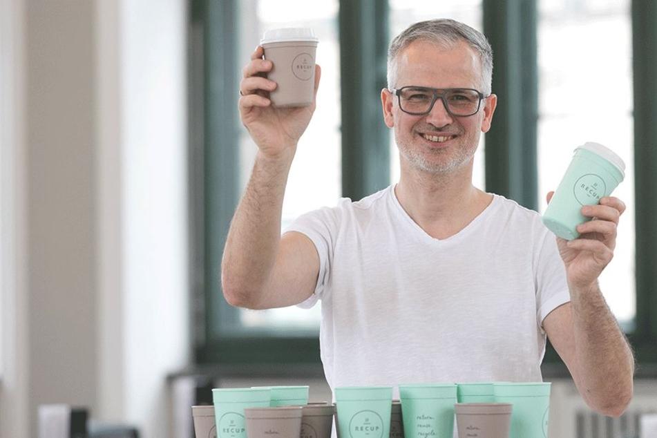 Den Kaffee zum Mitnehmen bietet Matthias Koch (48) in zwei verschiedenen großen Recup-Bechern an - in Schloss, Albertinum und Zwinger.