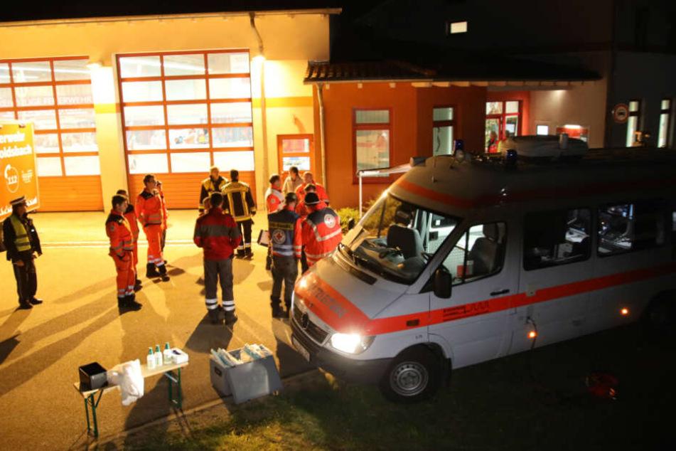 Polizei und Rettungskräfte stehen an einer Behandlungsstelle des Rettungsdienstes.