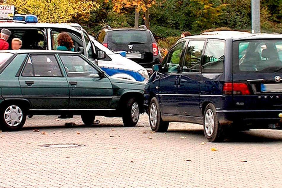 Als ein Pkw-Fahrer versuchte, betrunken auszuparken, ging dies gehörig schief (Symbolbild).
