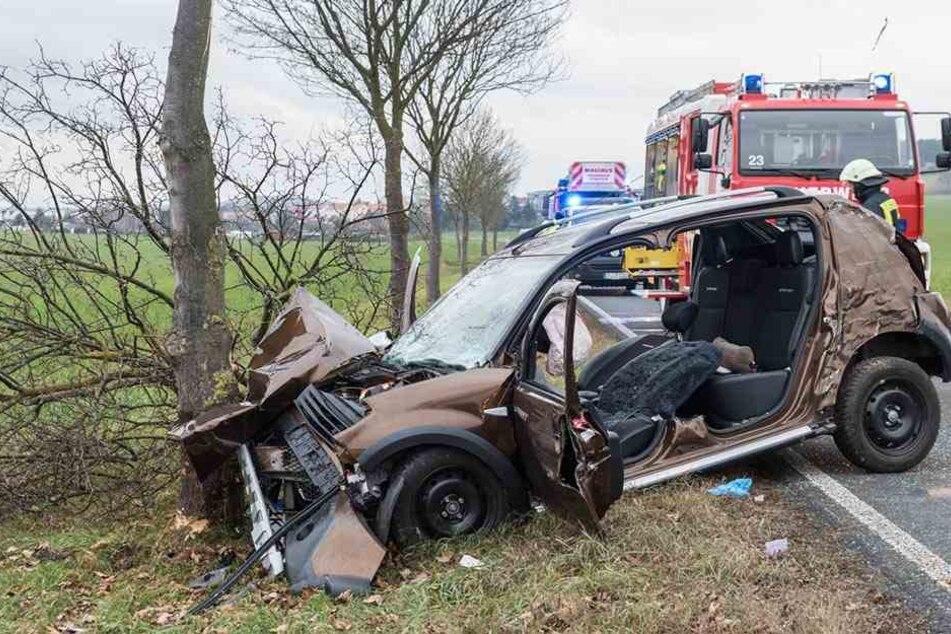 Der Dacia krachte frontal gegen einen Baum.