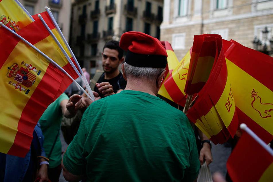 Die Separatisten machen aber unbeirrt weiter - unter anderem mit Pyjama-Partys und Paella-Essen in besetzten Wahllokalen.