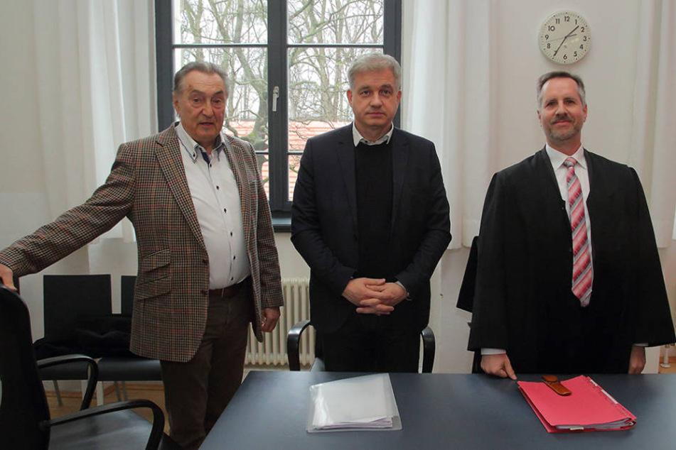 Bernd Aust (72,v.l.), Hans-Joachim Frey (51) und ihr Anwalt Eberhard Reetz  wehren sich gegen die hohe Spesenrechnung.