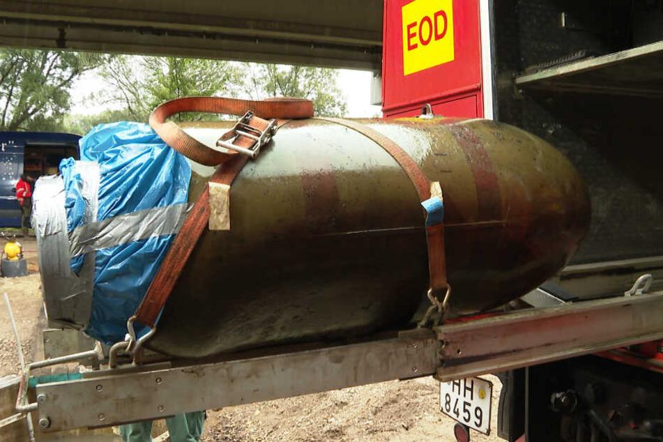 Die Fliegerbombe wird nach der Entschärfung abtransportiert.