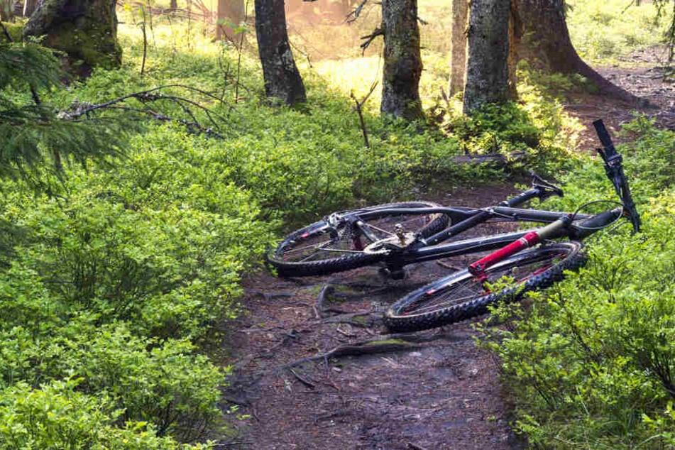Der 71-jährige Radfahrer stürzte wahrscheinlich an einem abschüssigen Teil des Weges (Symbolbild).