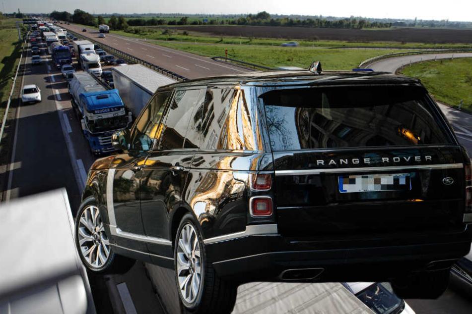 Range Rover flüchtet nach Unfall über A14: Polizei sucht Zeugen