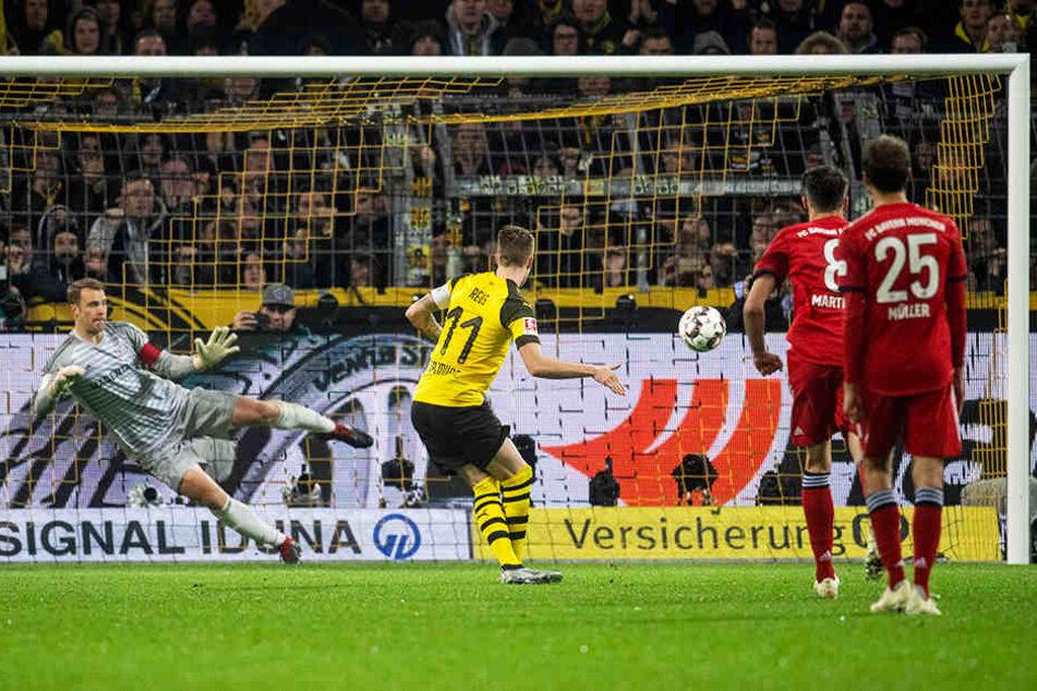 Der Ausgleich für den BVB: Marco Reus (Zweiter von links) verlädt Manuel Neuer (l.) vom Elfmeterpunkt zum zwischenzeitlichen 1:1.