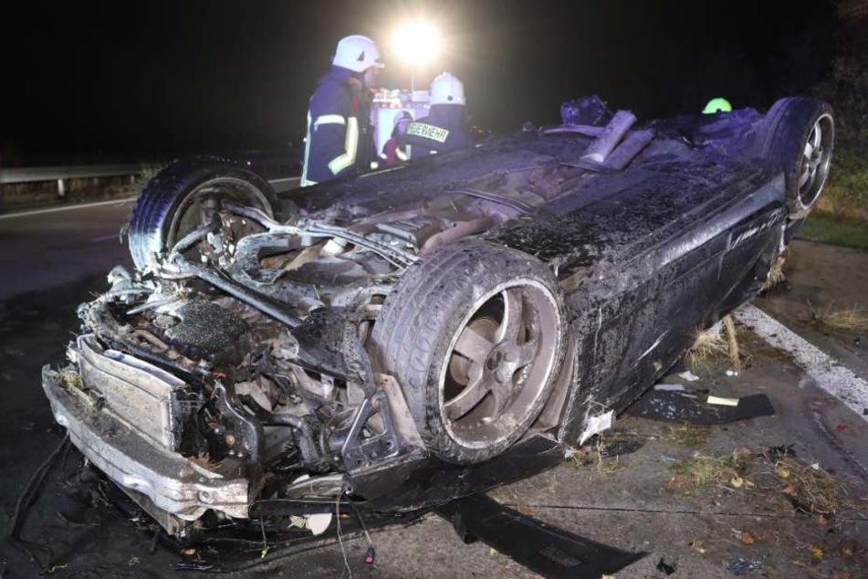 Der Audi ist nicht mehr wiederzuerkennen. Ein Wunder, dass der Fahrer diesen Horrorcrash überlebte.