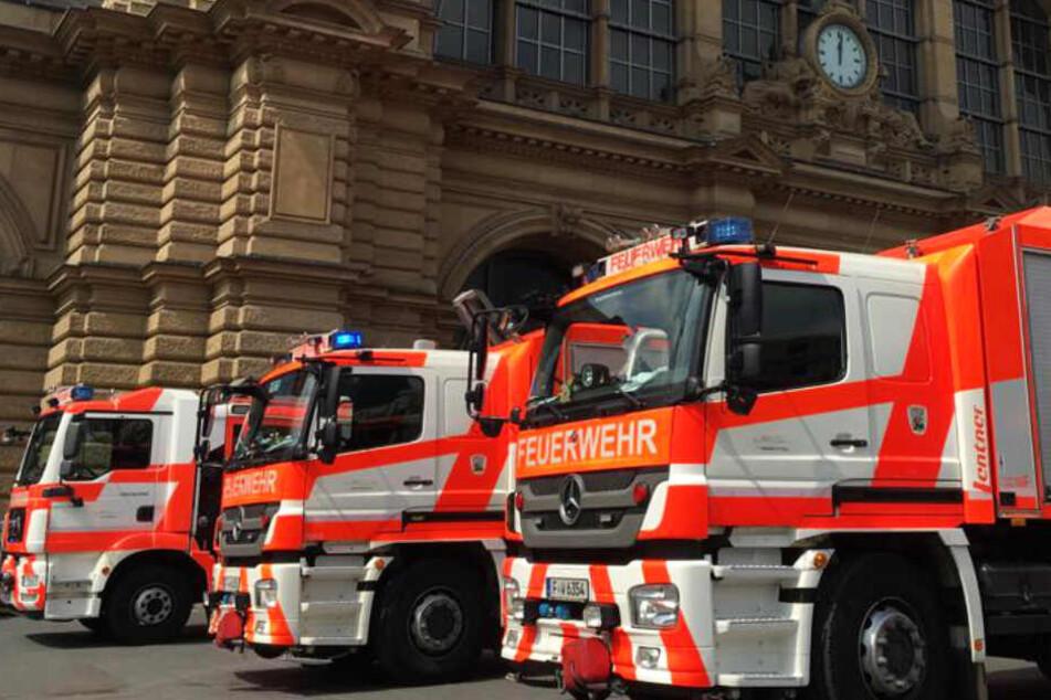 Das Foto zeigt Feuerwehrautos vor dem Frankfurter Hauptbahnhof nach der tödlichen Attacke.
