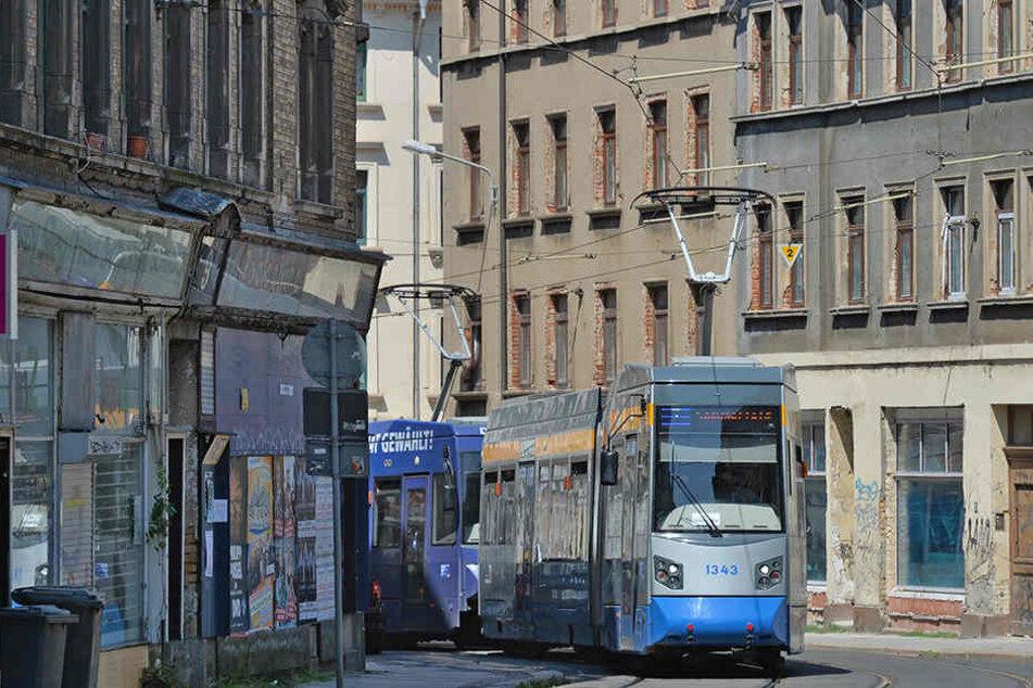 Endspurt für die Baumaßnahmen der Stadt Leipzig, der Leipziger Verkehrsbetriebe und der Wasserwerke: Die Georg-Schwarz-Straße soll bis Dezember rundum erneuert sein. Die Straßenbahnen sollen in beide Richtungen auf neuen Gleisen fahren.