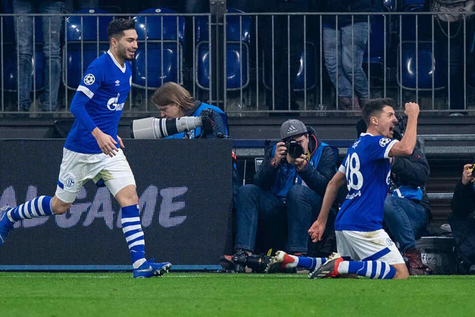 Schalkes Alessandro Schöpf (r.) bejubelt mit seinem Teamkollegen Suat Serdar seinen Treffer zum 1:0.