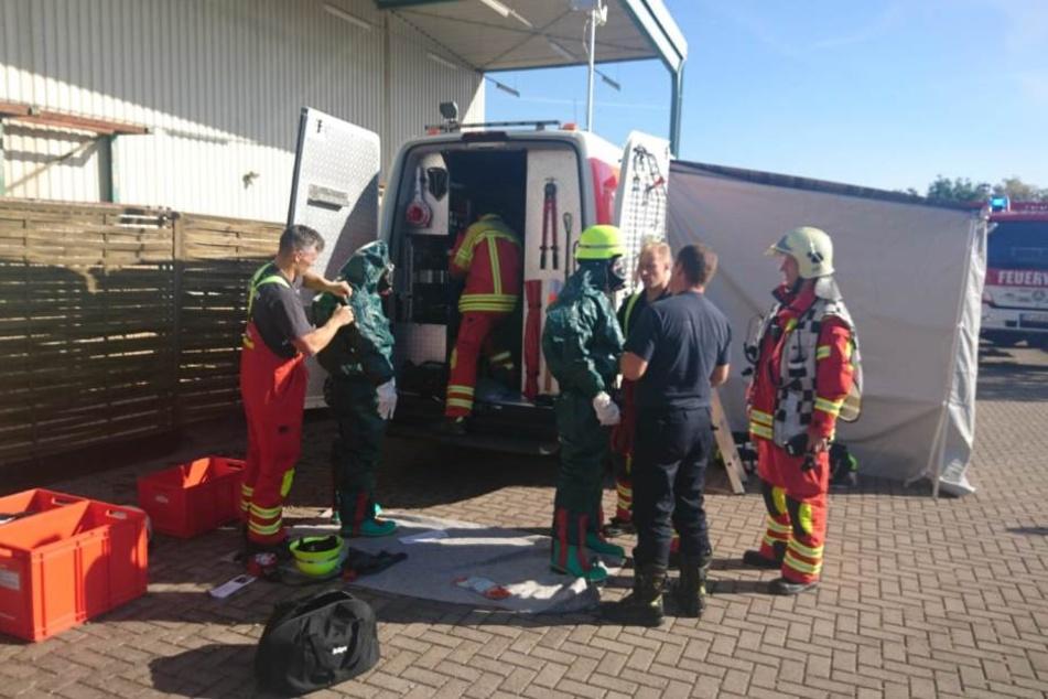 Mehrere Feuerwehren sind im Einsatz um die unbekannte Flüssigkeit zu binden.