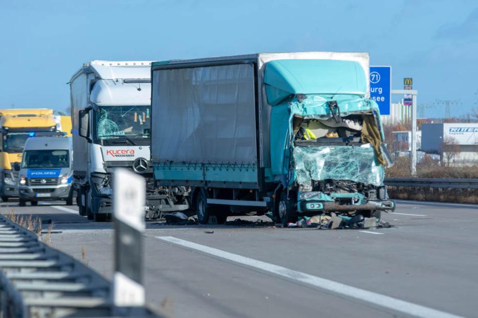 Auf der A2 sind am Dienstag mehrere Lkw ineinander gekracht.
