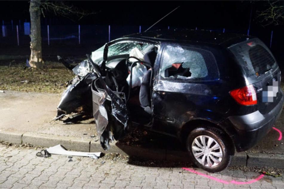 Herzinfarkt am Steuer: Autofahrer kracht in Baum und stirbt
