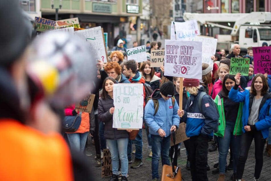 Wie hier in Stuttgart gehen bundesweit Schüler für den Klimaschutz auf die Straße, statt in die Schule. (Archivbild)