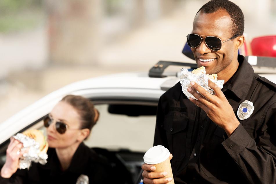 Polizist bekommt beim Essen Zettel zugesteckt, der ihn zum Weinen bringt