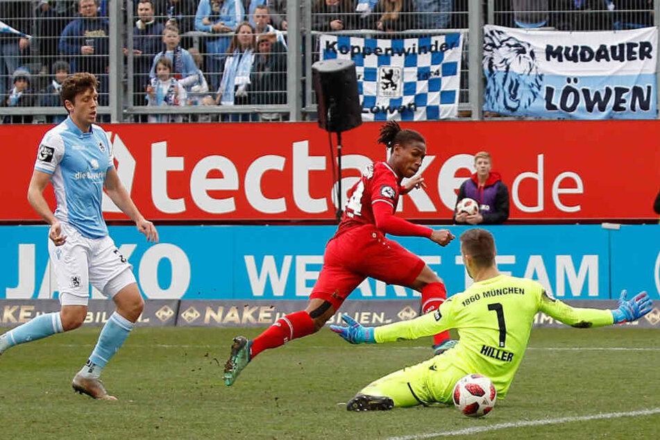 Schlussmann Marco Hiller (r.) und der TSV 1860 mussten eine Pleite hinnehmen.