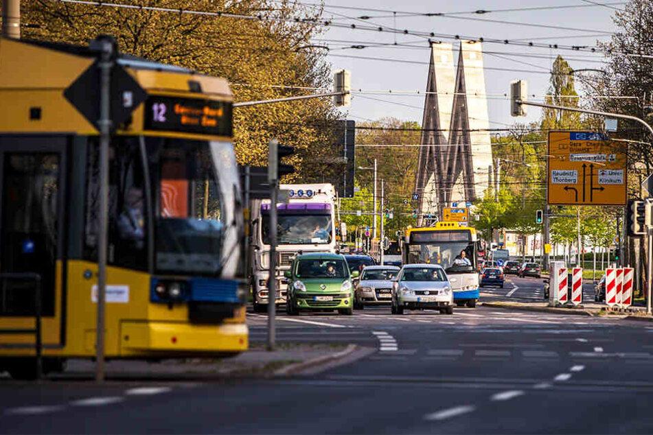 Zuerst warfen die 43 Männer Müll und Flaschen auf die Straße, dann randalierten sie in einer Straßenbahn.