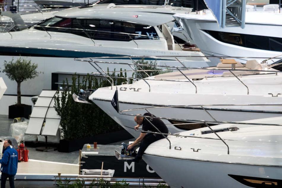 Trend zum Luxus: Große Yachten stehen in der Messehalle in Düsseldorf.