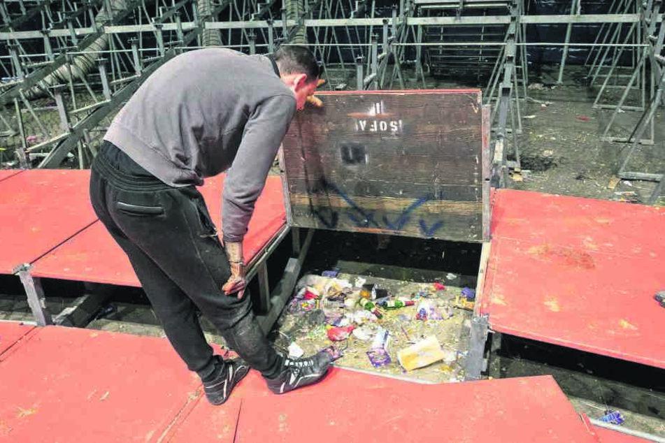 Unglaublich, wie viel Müll sich unter den Sitzen der Loge, den Sperrsitzen und unter den Tribünen findet.
