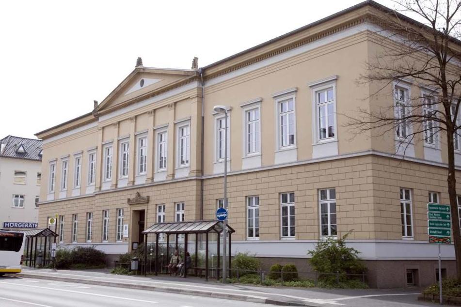 Vorm Landgericht Detmold wird dem Angeklagten der Prozess gemacht. Er wurde in einem lippischen Hotel festgenommen.