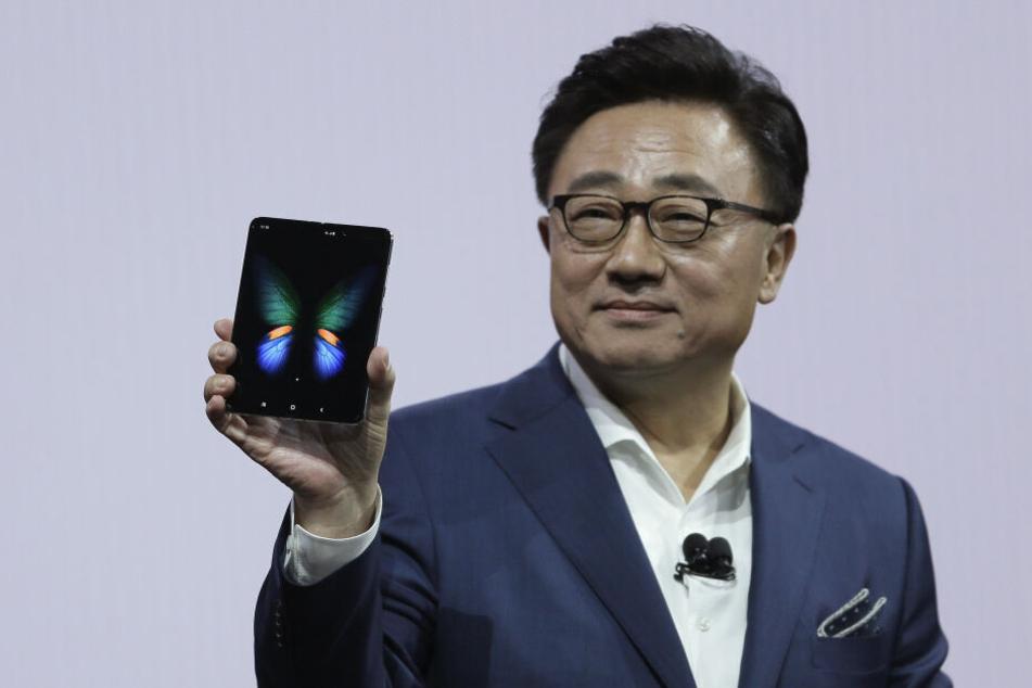 Dong-Jin Koh, Chef von Samsungs Mobilfunksparte, hält das neue Galaxy Fold Smartphone in der Hand.