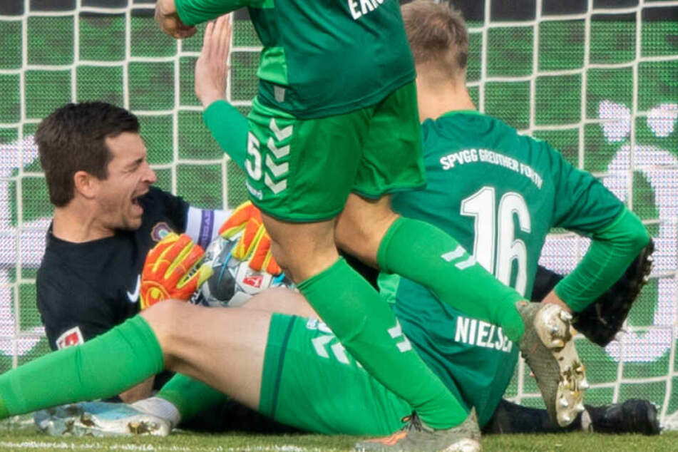 Aue-Keeper Martin Männel prasselt mit Fürths Havard Nielsen zusammen.