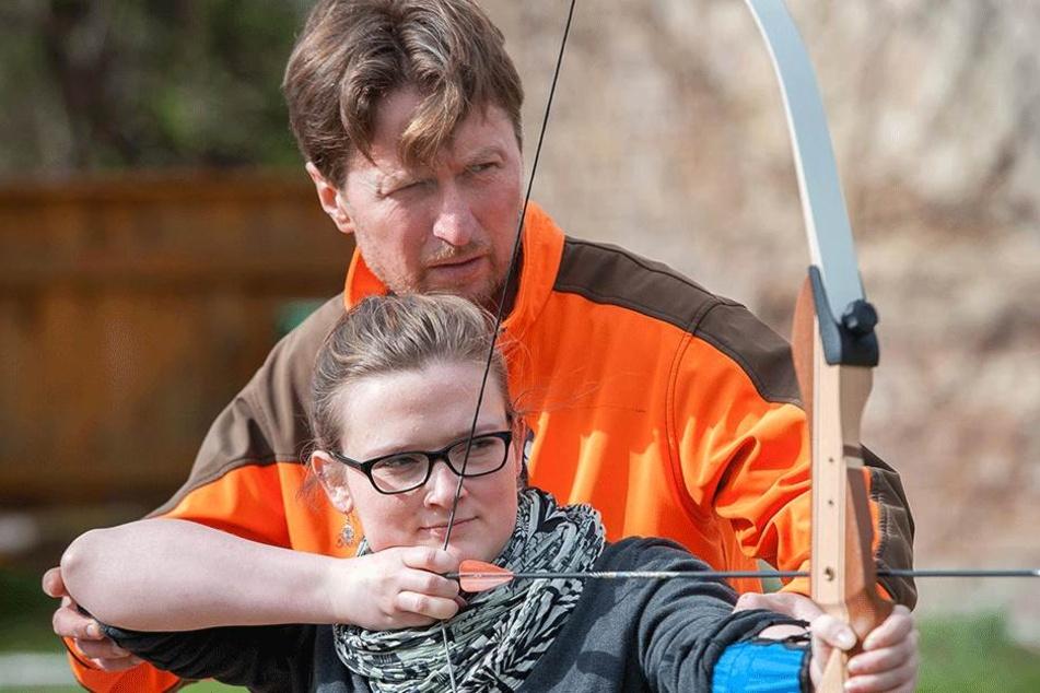 Die Technik macht's: Trainer Knut Kieschkar (49) zeigt Yvette Hauptlorenz (28), wie man den Bogen richtig hält.
