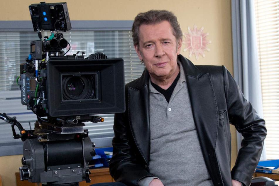 """Der Schauspieler Jan Fedder sitzt bei Dreharbeiten zur ARD-Serie """"Großstadtrevier"""" in der Polizeiwache."""