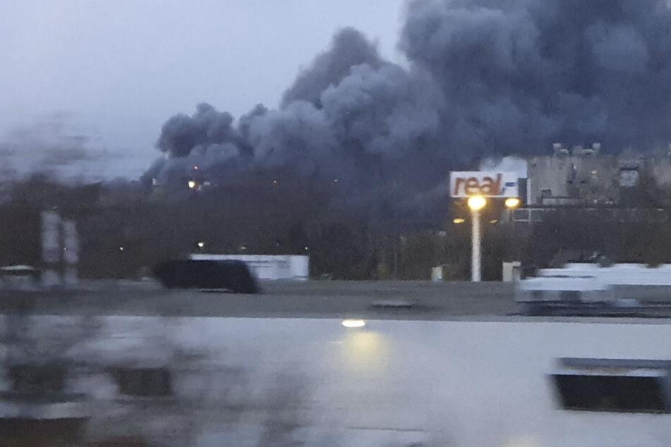 XXL-Rauchsäule weithin sichtbar: Was brennt hier lichterloh?