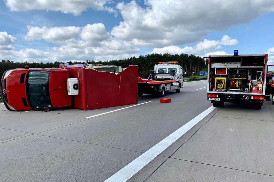 Schwerer Unfall auf der A2: Transporter kippt auf die Seite