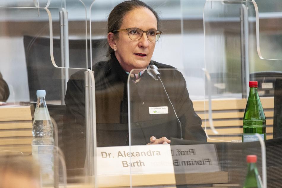 Alexandra Barth, Amtsärztin des Gesundheitsamtes Neumünster, spricht im Plenarsaal des Landtags.