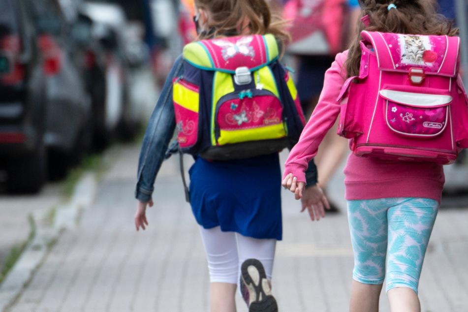 Trotz Corona-Krise: Am 17. August soll der Schulunterricht in Hessen wieder beginnen (Symbolbild).