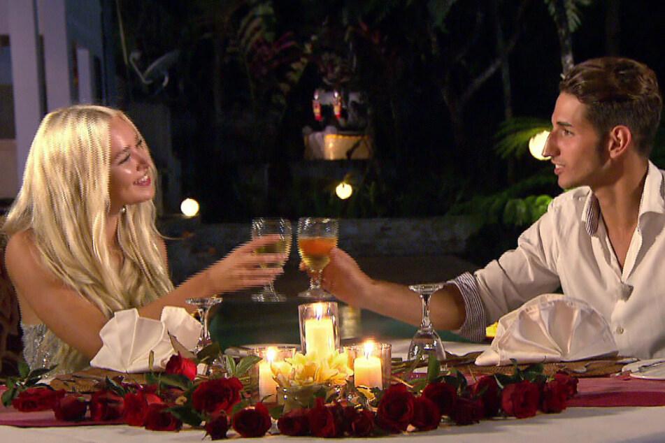 """Sarah und Mateo auf einem Date bei """"Temptation Island""""."""