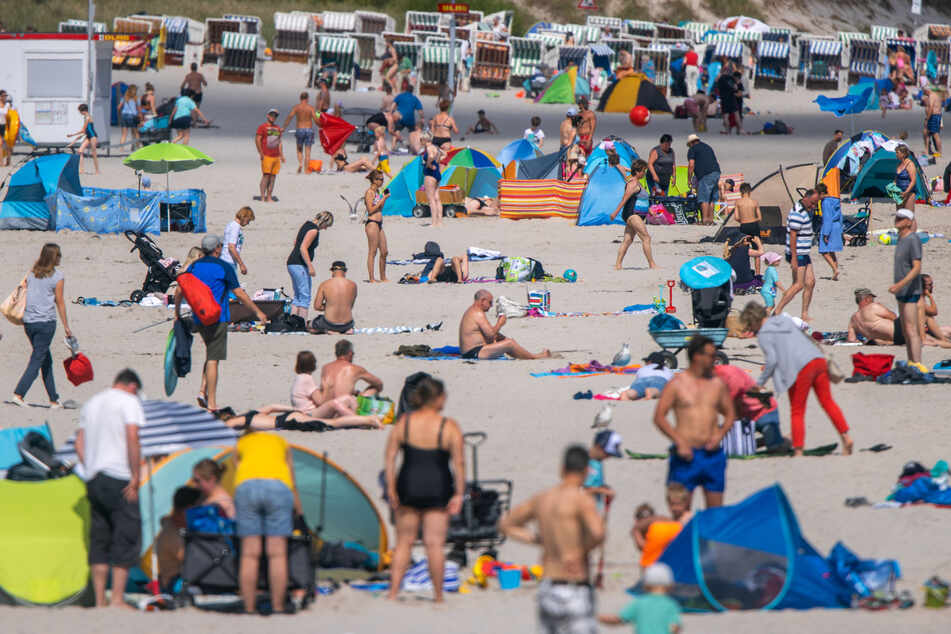 Die Mehrheit der Deutschen plant einer Umfrage zufolge trotz Corona-Pandemie eine Reise im Sommer.