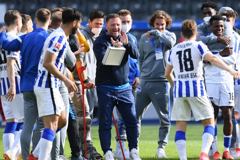 Hertha-Retter Pal Dardai (45, M.) feiert mit seiner Mannschaft den Klassenerhalt.