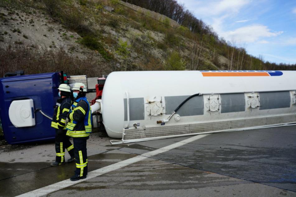 Unfall A8: Schwerer Unfall! Tanklaster kippt auf A8 um