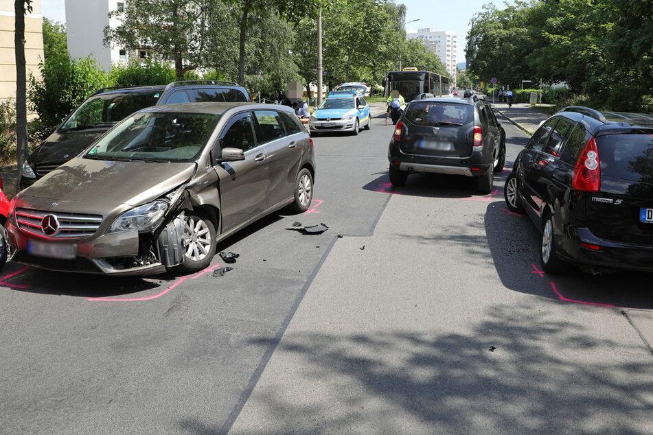 Links: der Mercedes, hinten rechts: der Dacia Duster, ganz rechts: der gerammte Mazda 5.