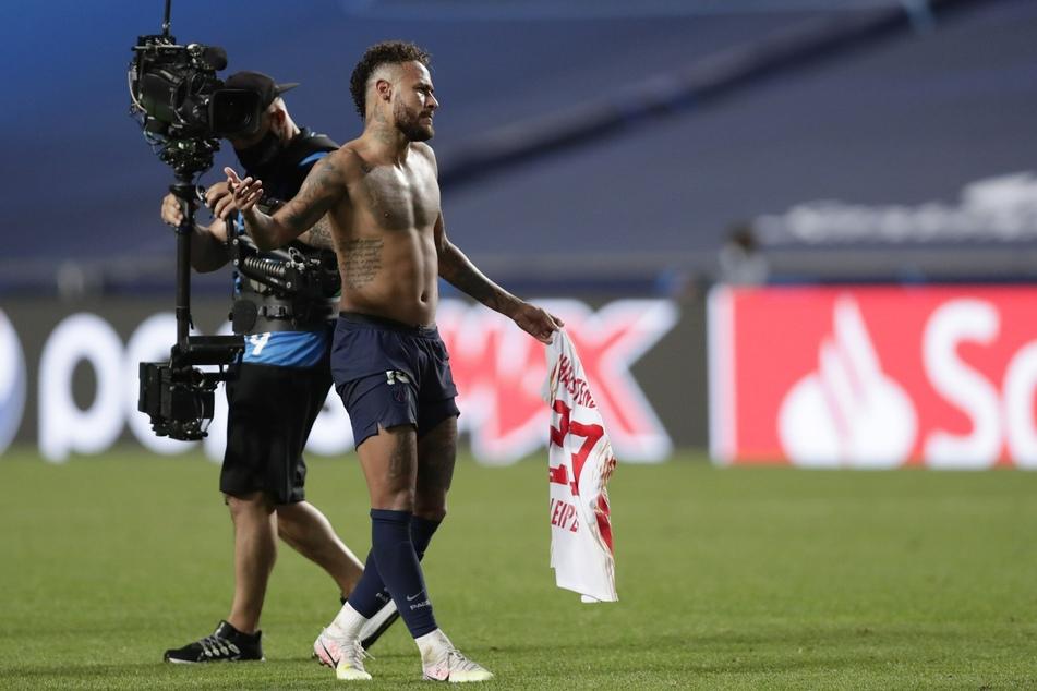 Champions League, RB Leipzig - Paris Saint-Germain, Final-Eight, Halbfinale: Neymar von PSG geht nach dem Spiel mit einem RBB-Trikot in der Hand über den Platz.