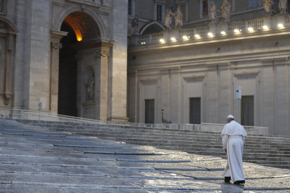 Papst Franziskus geht allein auf dem leeren Petersplatz im Vatikan. Die Kirchen bereiten sich mitten in der Corona-Krise auf das erste Osterfest ohne gemeinsame Gottesdienste vor. Überall werden die Feiertage komplett anders verlaufen als gewohnt.