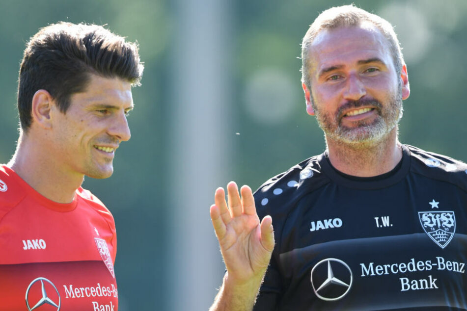 Trainer Tim Walter (rechts) und Stürmer Mario Gomez unterhalten sich beim Training des VfB Stuttgart.