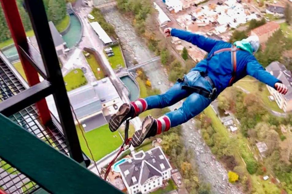 Für das Experiment sprangen zwei Bungee-Jumper 30 Mal von der 192 Meter hohen Europabrücke.