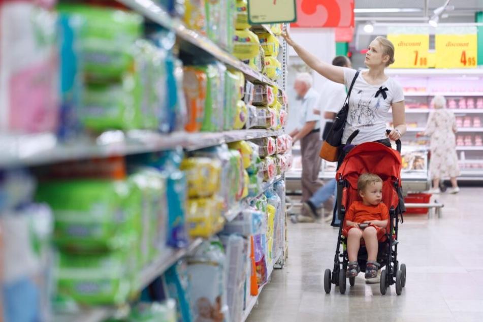 Eine Frau geht mit ihrem Kind Windeln einkaufen. (Symbolbild)